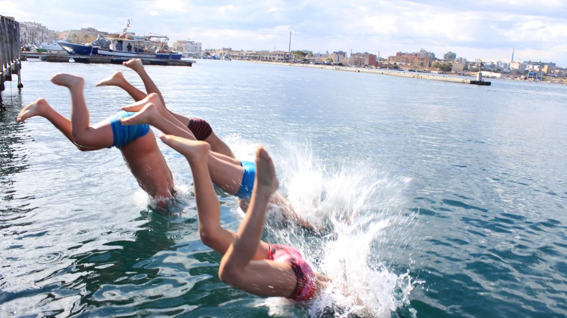 Buongiorno Taranto, Tuffo nel Mar Piccolo, foto di Paolo Pisanelli Archivio Cinema del reale