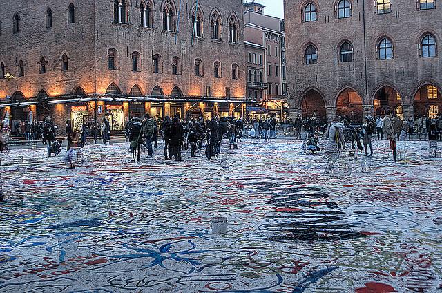 Bologna, Piazza Maggiore - Foto da Flickr.com La pagina bianca di Tommaso Tani Licenza Creative Commons (CC BY-ND 2.0)