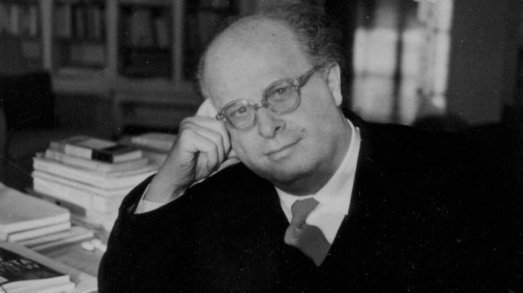 Adriano Olivetti nel suo studio a Ivrea, 1958