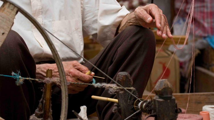 Artigiano al lavoro a Chefchaouen, Marocco