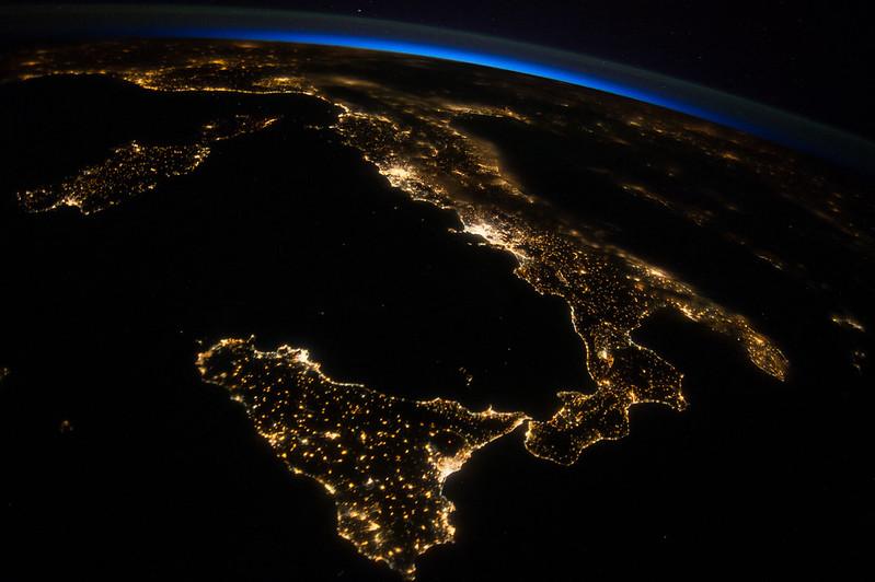 Italia dallo spazio, foto di NASA's Marshall Space Flight Center, da Flicker.com, Licenza Creative Commons (CC BY-NC 2.0)